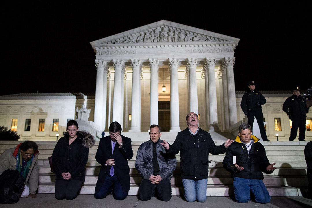2017年1月31日,美國華盛頓,一群人在最高法院外為剛被特朗普提名出任最高法院大法官的保守派法官戈薩奇(Neil Gorsuch)祈禱。