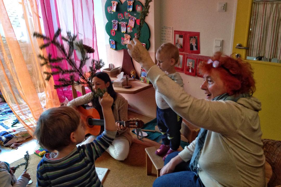 養老院從外部引進幫助,和社區內的幼兒園以及小學建立合作。