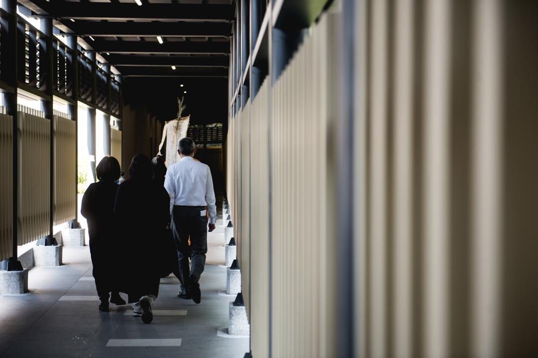 走廊之前,是道道繁複的程序和儀式,走廊之後,就是最後的火葬場。數分鐘的距離,該放下的放下,該道別的道別。