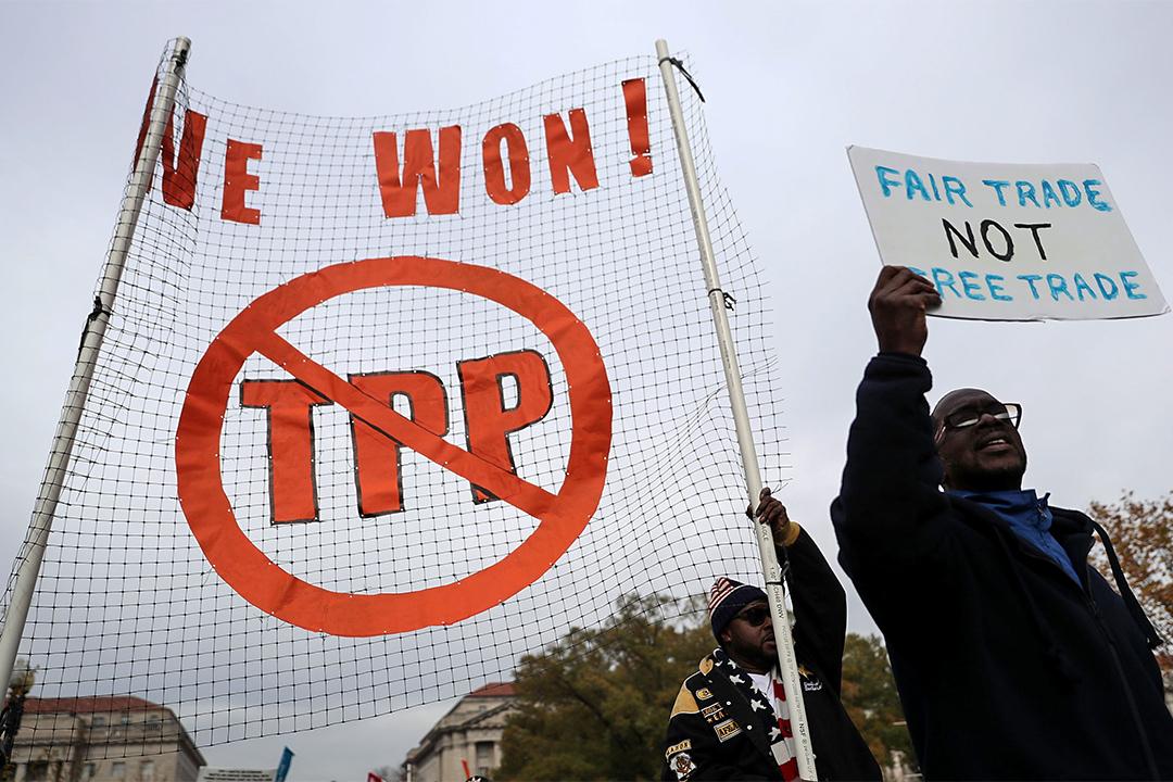 特朗普於過去訪談強調美國需要的是公平貿易,而非自由貿易。圖為16年11月有示威者反對TPP。