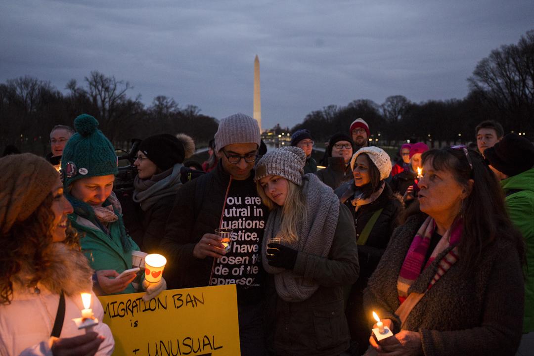 2017年2月4日,美國華盛頓,人們手持蠟燭在林肯紀念堂前面抗議特朗普的入境禁令。