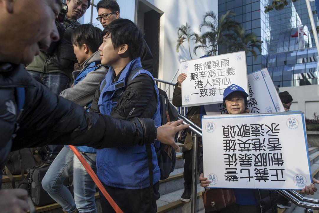 支持七警團體,在區域法院外高叫「支持七警」等口號。