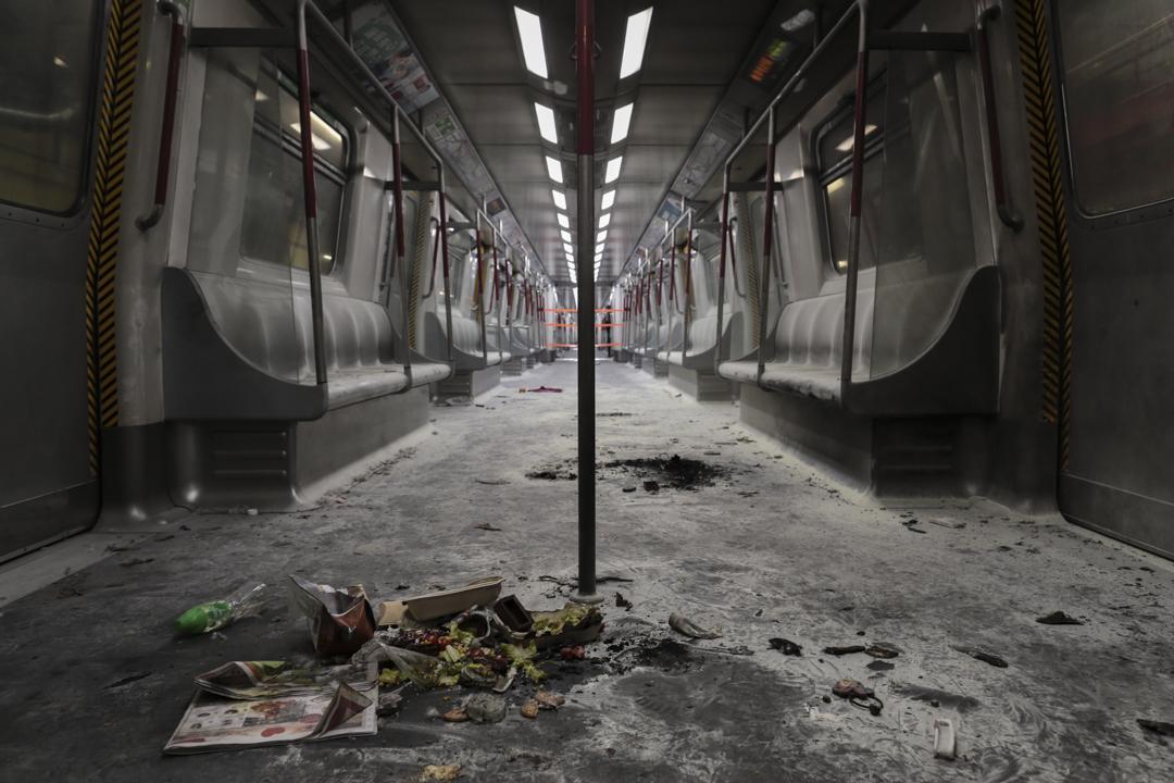 尖沙咀港鐵縱火案後,涉事列車開放予傳媒拍攝,現場已成一片焦土。