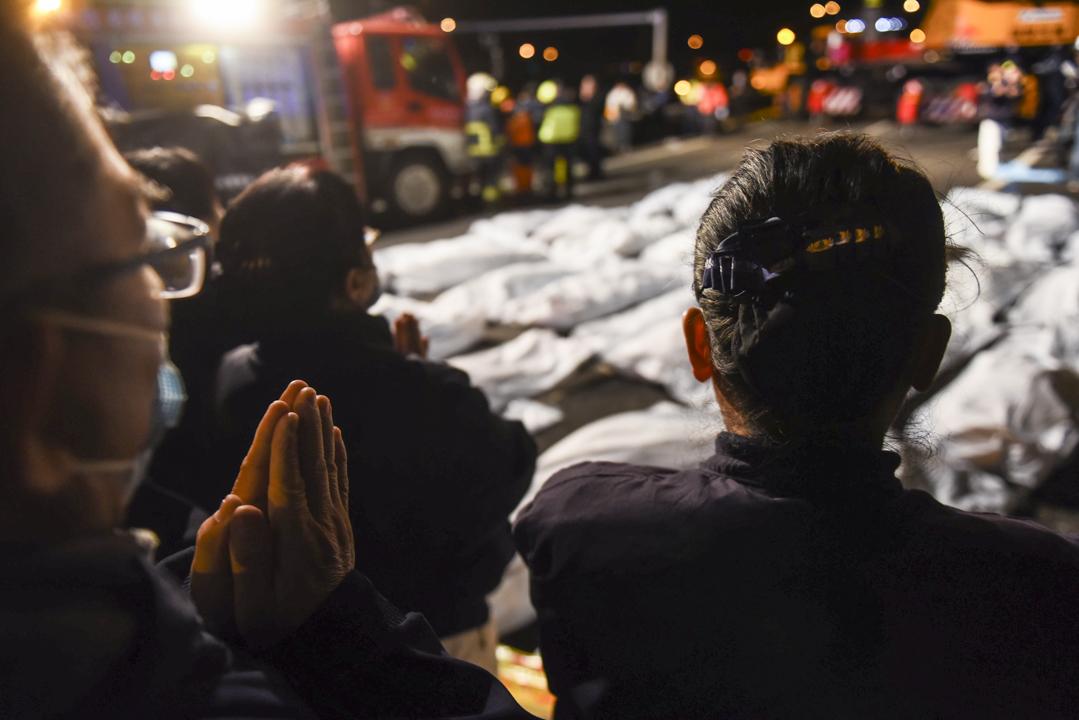 事發現場有佛教團體雙手合十,為遇離者致哀。