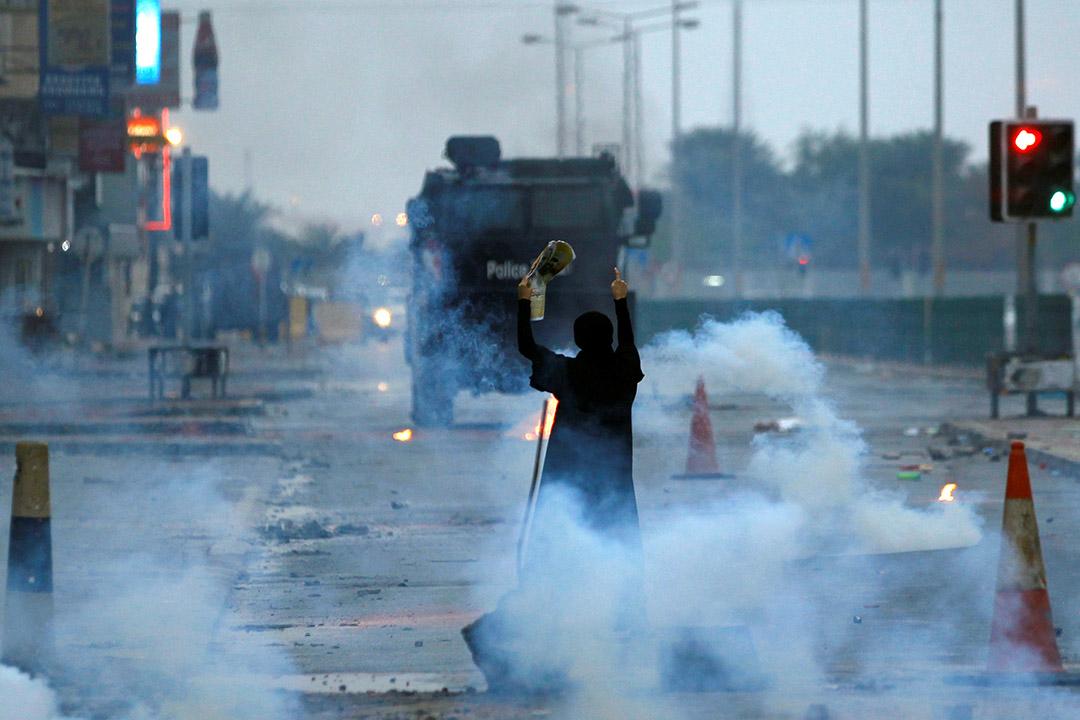 2017年2月14日,巴林麥納麥,示威者在聲援什葉派學者伊薩卡西姆 (Shi'ite scholar Isa Qassim)的示威活動中高舉其照片。較早前,當局剝奪伊薩卡西姆的國藉,引發連串的抗議活動。