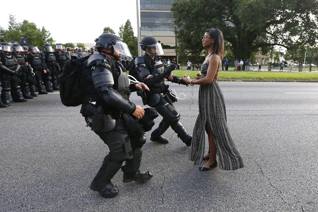 2016年7月9日,路易斯安那州的示威中,一個黑人女人兩手空空,走向防暴警察面前。