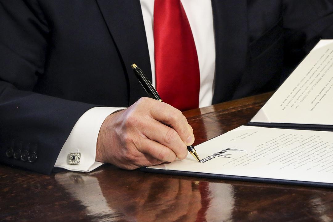 2017年2月3日,美國總統特朗普簽署總統行政命令。