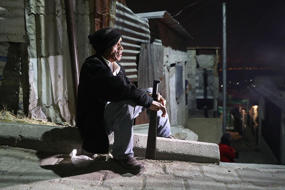 2017年2月9日,危地馬拉佩羅尼亞,當地於上月有10名居民被殺,其他居民拒絕再向幫派支付費用 (俗稱:保護費),他們為求自保,在社區組織巡邏隊日夜戒備,特別提防陌生人進入社區。