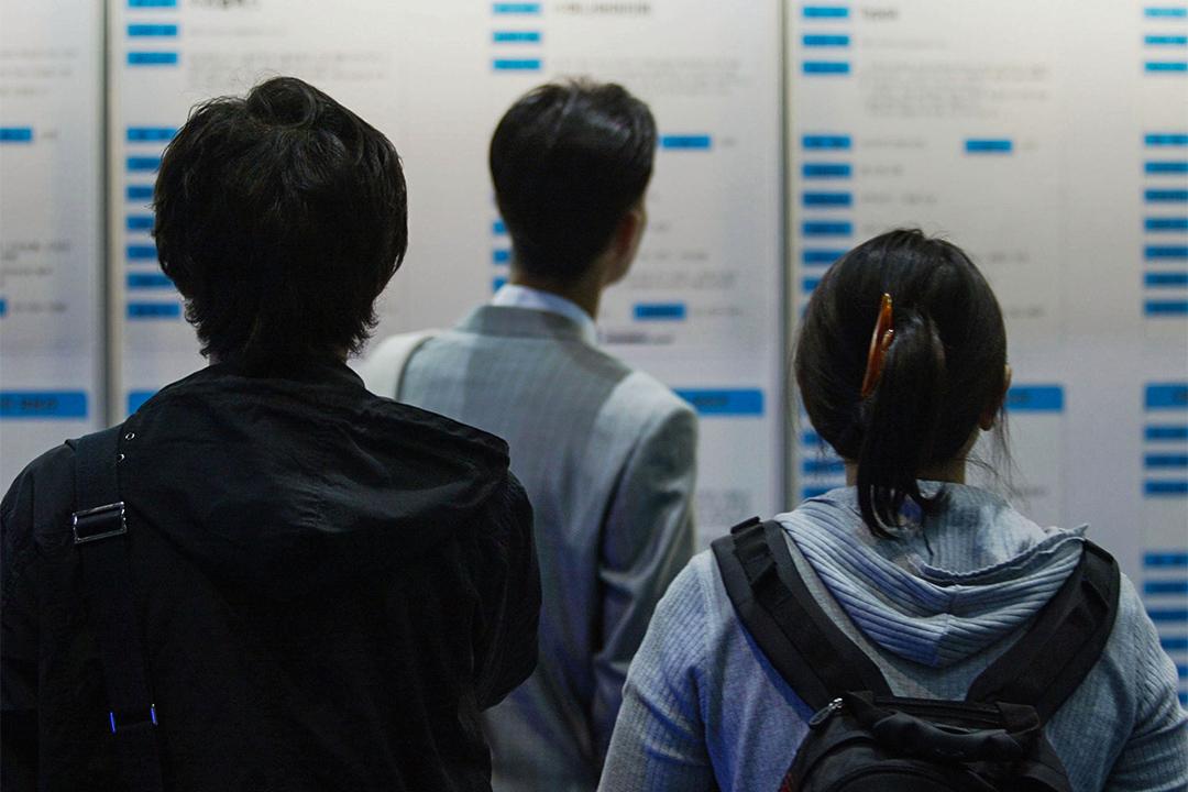 南韓「一人家族」佔全國整個家庭的27.2%,並且其中一半是未就業的狀態。圖為南韓求職者在招聘會上找尋工作。