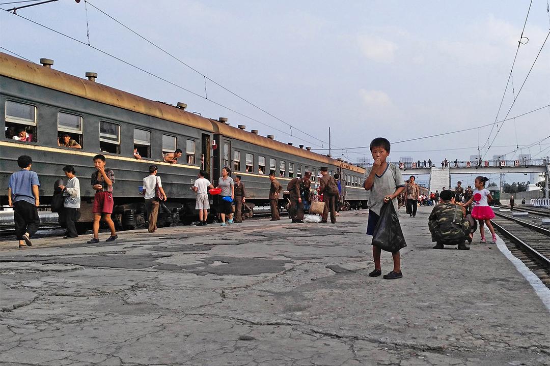 金周日「脱北」是因他目睹士兵受到虐待、普通人吃不飽飯後,明白自己國家並非如教科書上所寫,因此決定離開北韓。圖為小孩於北韓咸興火車站乞討食物。
