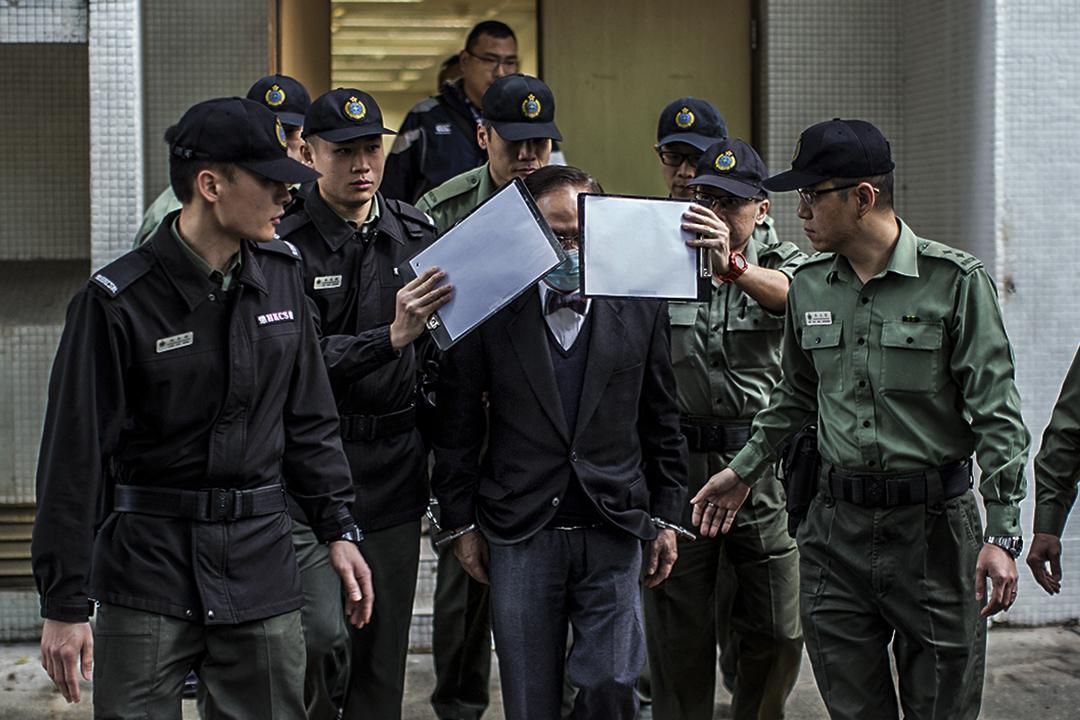 2月22日早上,曾蔭權由九名懲教人員押解,由伊利沙伯醫院送往高等法院。 攝:陳焯輝/端傳媒