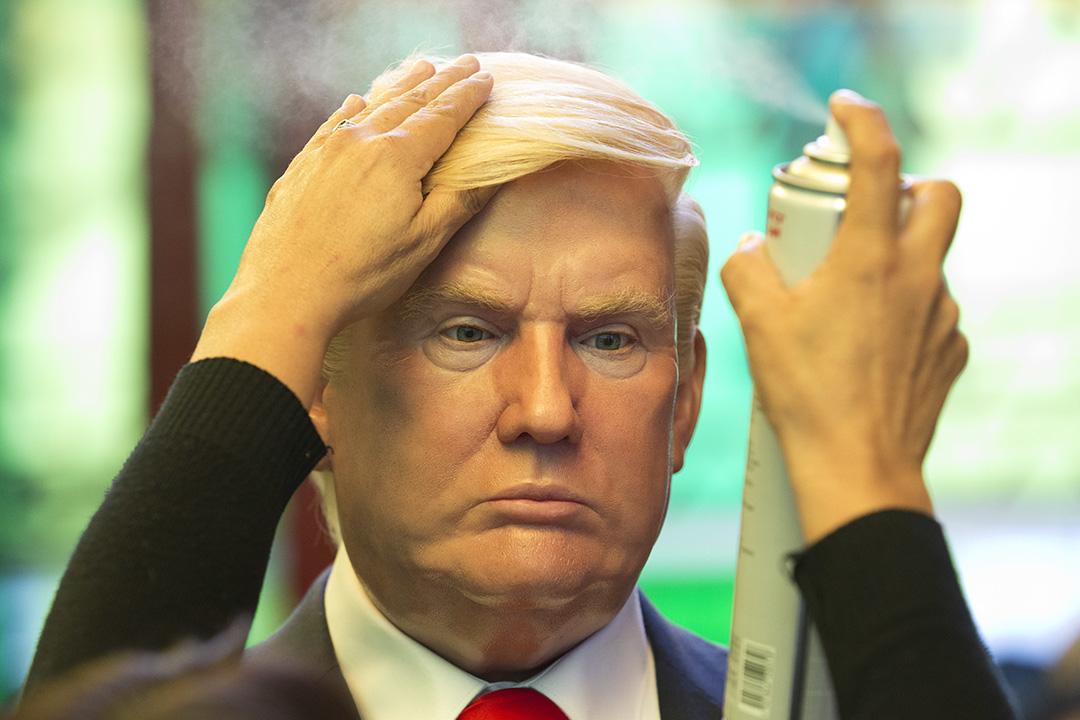 2017年2月1日,墨西哥墨西哥城,博物館工作人員調整美國總統特朗普蠟像上的頭髮。