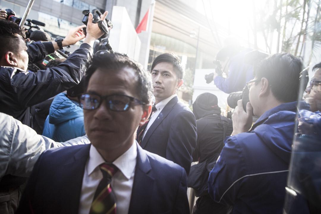 七警抵達區域法院,有別於以往從正門入法庭,改為選擇從法院側門進入,大批傳媒始料不及蜂擁追訪。