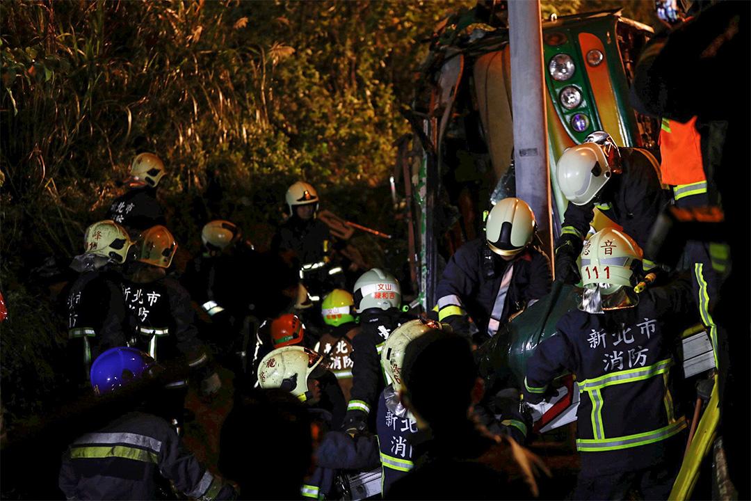 消防人員正在救援。