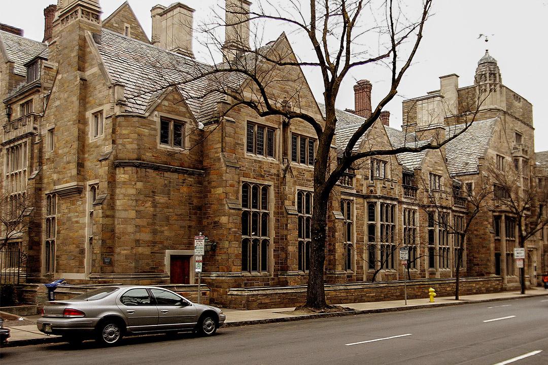 耶魯大學「考宏學院」 是12所住宅學院之一,現因黑暗歷史更名。