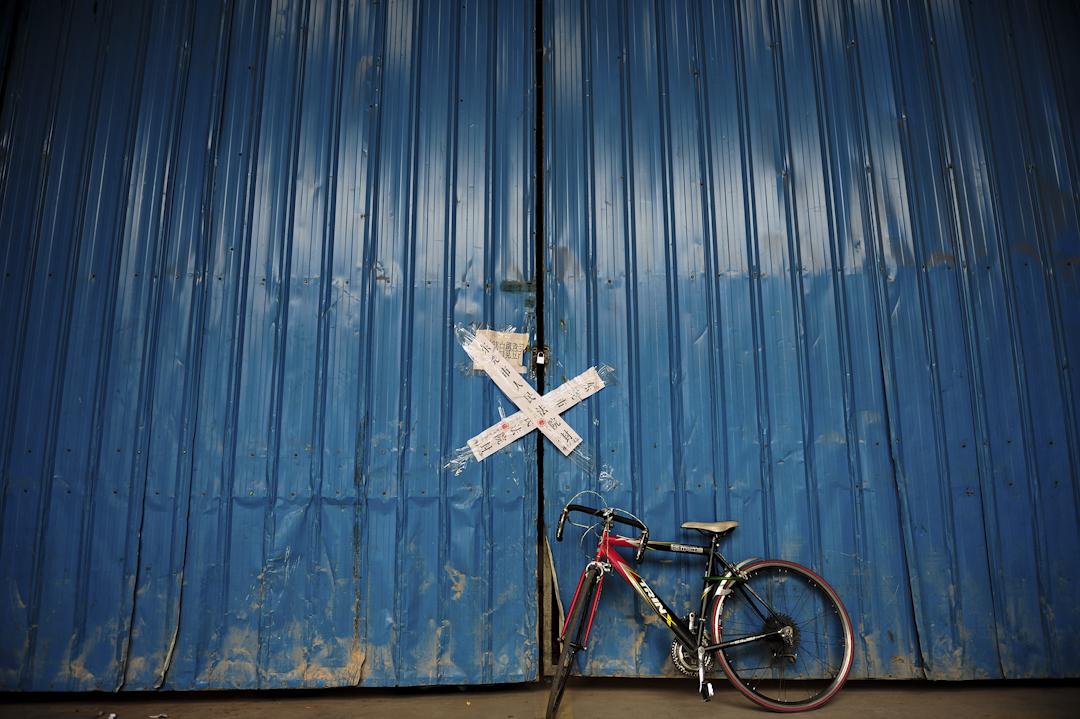 2008年10月18日,在廣東省東莞市樟木頭,全球最大的玩具製造商之一,合俊集團在東莞關閉了兩家工廠,超過6,500名工人失業。