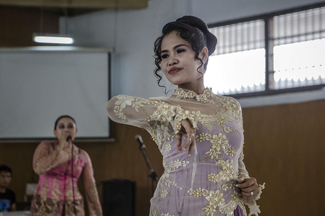 2016年4月23日,印尼監獄內,Mary Jane Veloso與其他囚犯為慶祝卡蒂妮節跳舞。卡蒂妮節是紀念一位努力爭取婦女權益與地位的女英雄的節日。