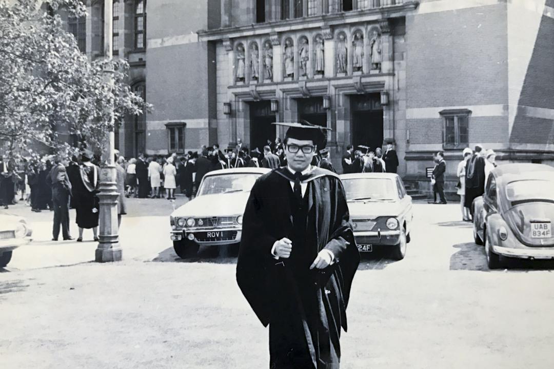 1968年,胡國興於英國伯明翰大學取得法學士。