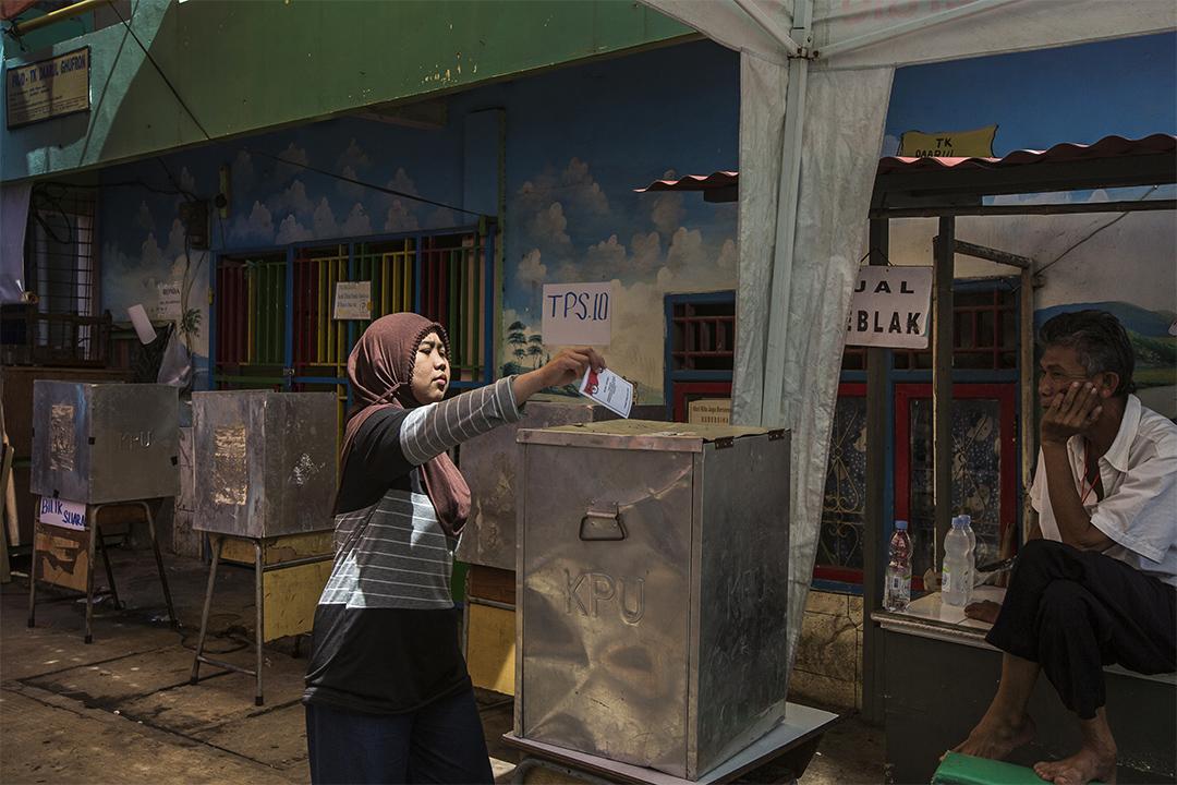 2017年2月15日,在印度尼西亞雅加達,一名婦女正在投下選票。