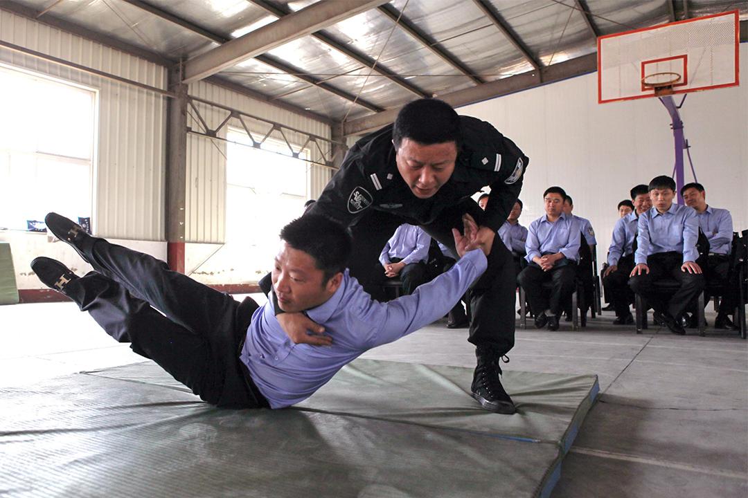 監獄裡對獄警實行半軍事化管理。圖為遼寧省監獄管理局警官培訓中心。