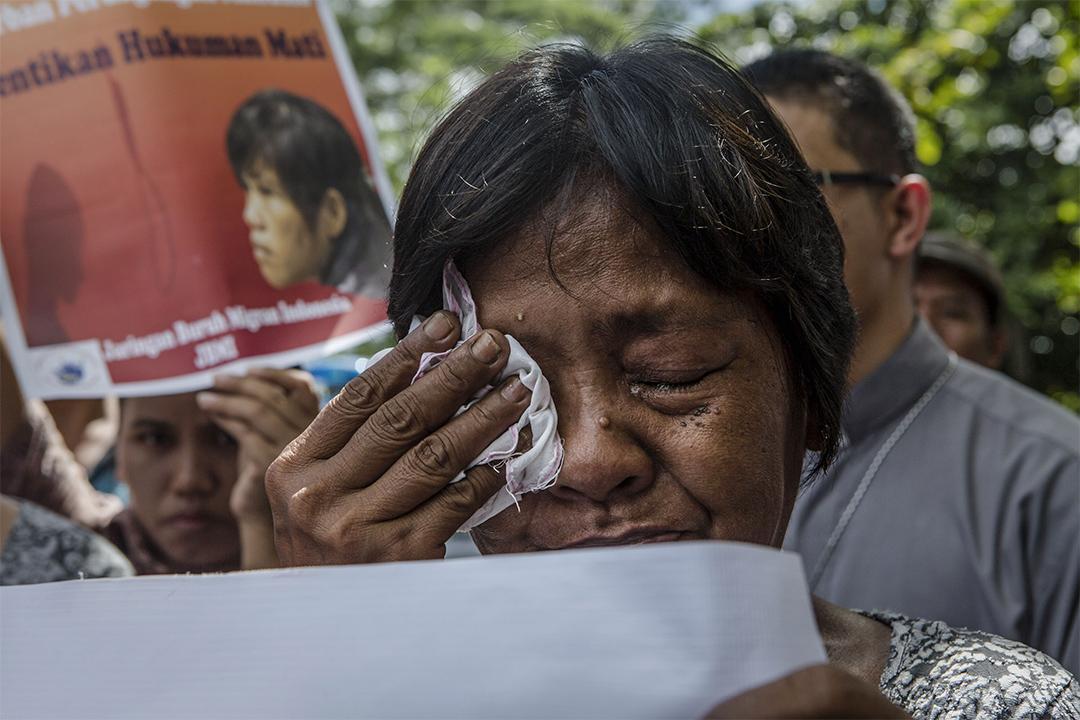 2015年4月27日,Mary Jane Veloso的母親Celia Veloso在Nusakambangan監獄探訪女兒後痛哭。