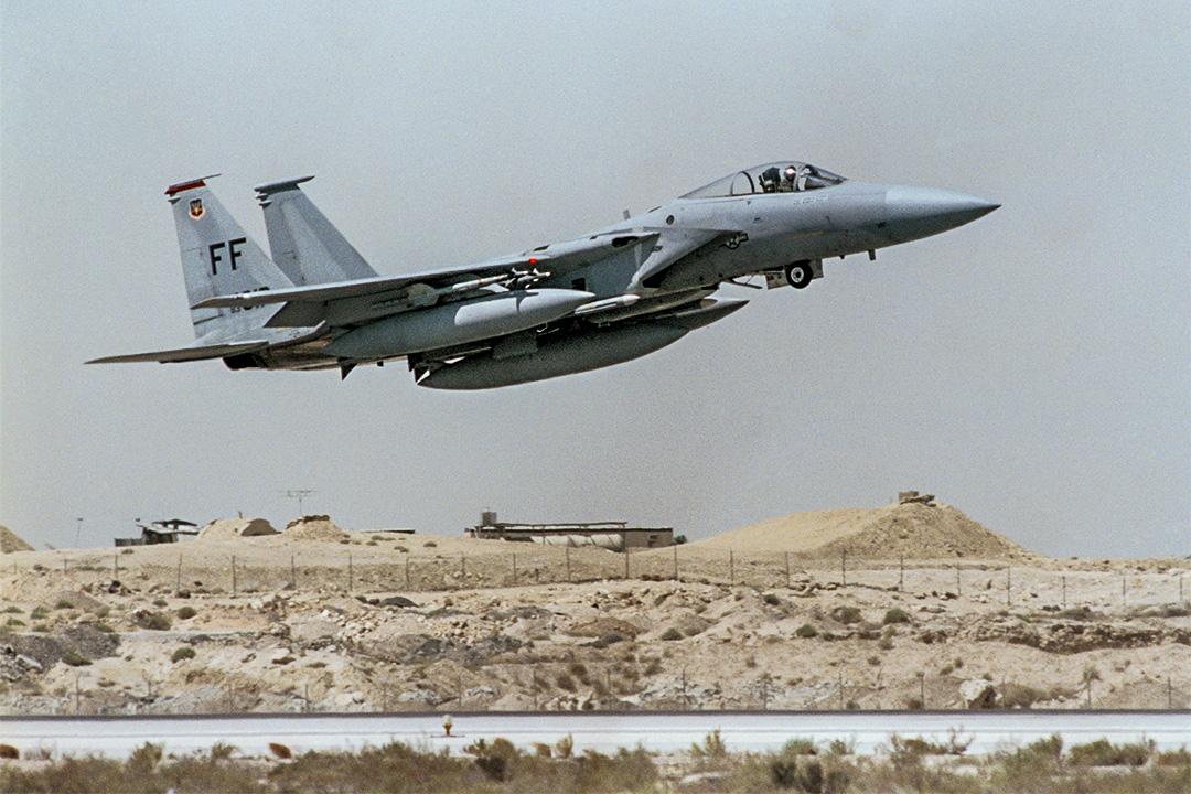 美國F-15鷹式戰鬥機在沙特阿拉伯起飛。F-15已經出口到日本、以色列、韓國、新加坡、沙特等國家。