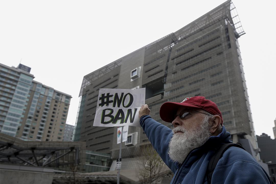 2017年2月7日,David Pearce於第九巡迴上訴法院外反對移民禁令。