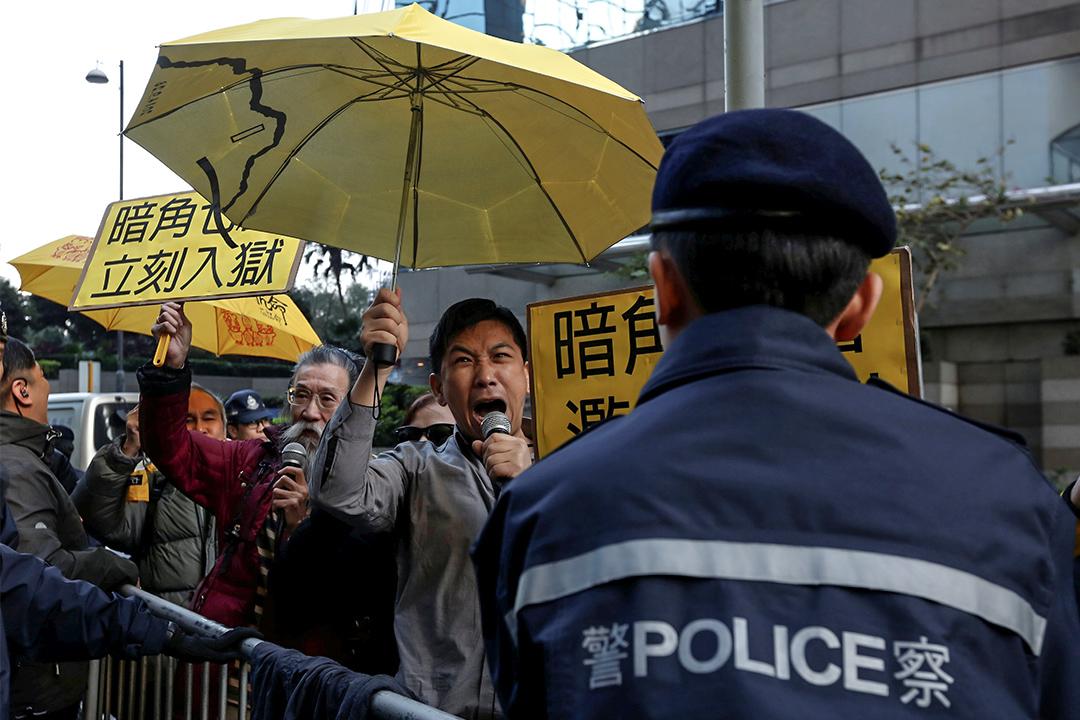 2017年2月14日,七警案判刑,有市民在區域法院外示威。