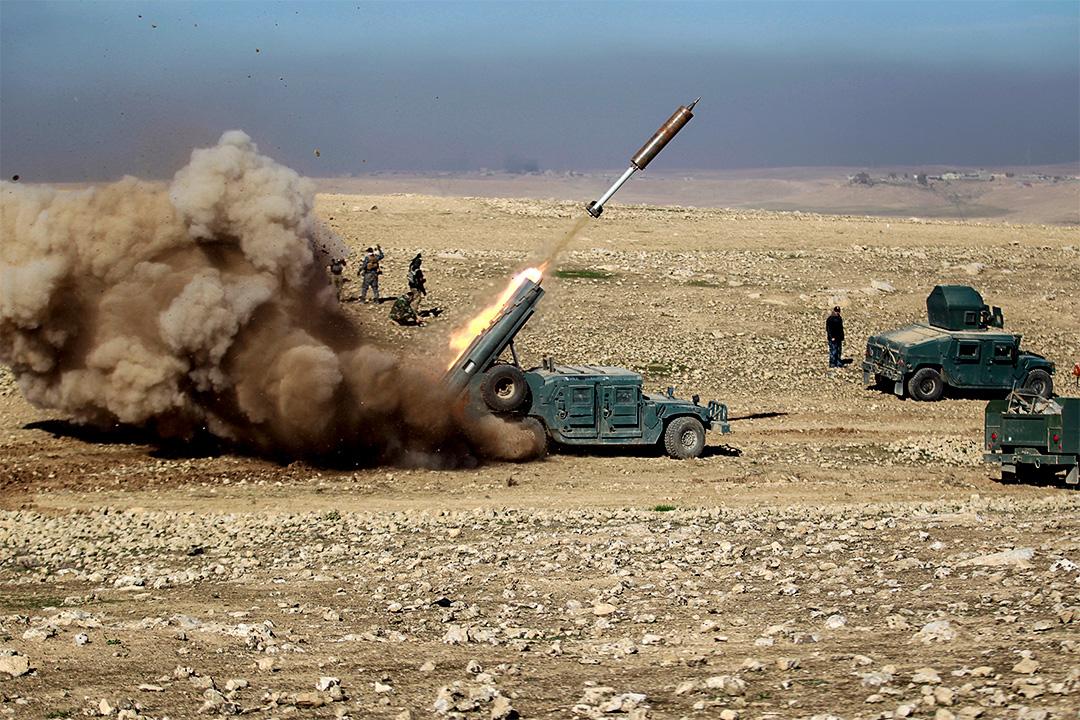 2017年2月19日,伊拉克摩蘇爾南部,伊拉克部隊向伊斯蘭國武裝分子發射導彈。