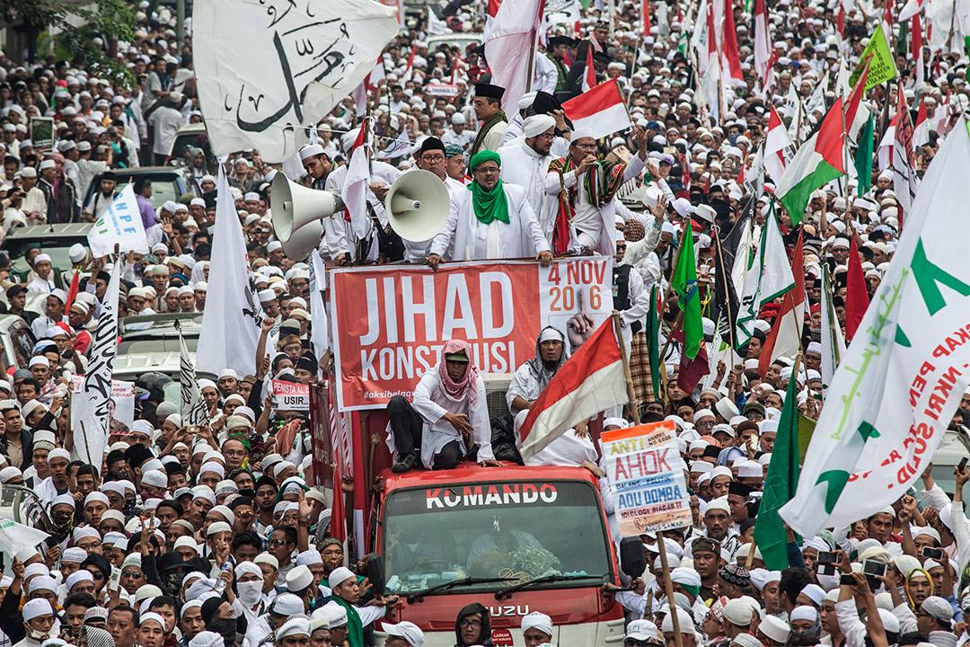 激進伊斯蘭組織由去年10月到投票日前夕共策劃了四場反鍾萬學的大型示威遊行及集會活動,提醒民眾應選出穆斯林領導人。圖為2016年11月4日於雅加達的遊行。