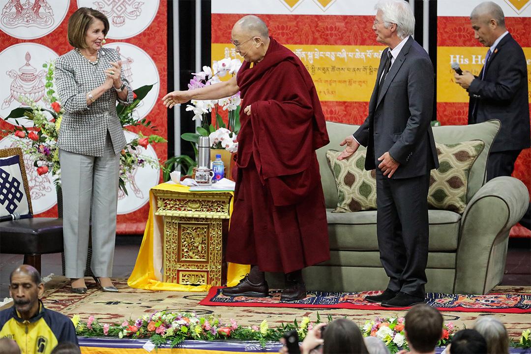 達賴喇嘛經常在美國大學演講,包括各大學的畢業演講。圖為2016年,達賴喇嘛於美利堅大學的公共演講。