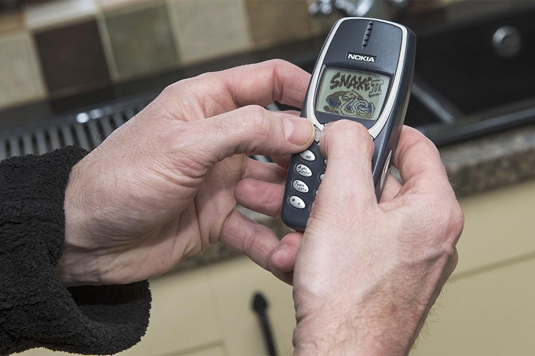 英國男子Dave Mitchell現在還用著2000年買的諾基亞3310,他指用了17年功能依然良好,而且10天才需要充一次電。
