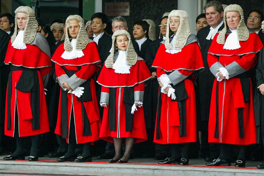 香港的司法体制除了在制度上不排斥非香港居民担任法官外,甚至在终审法院还制度性让外籍法官参与审判。