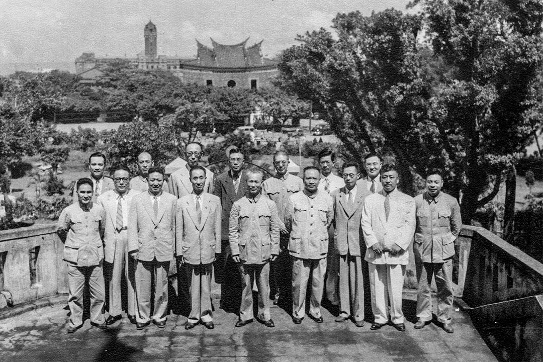 1950年代初期,陳誠(前排中)、蔣經國(前排最右)和國民黨中央改造委員會的核心成員合影。1949年中期,陳誠違抗蔣介石旨意,協助穩定了台灣。
