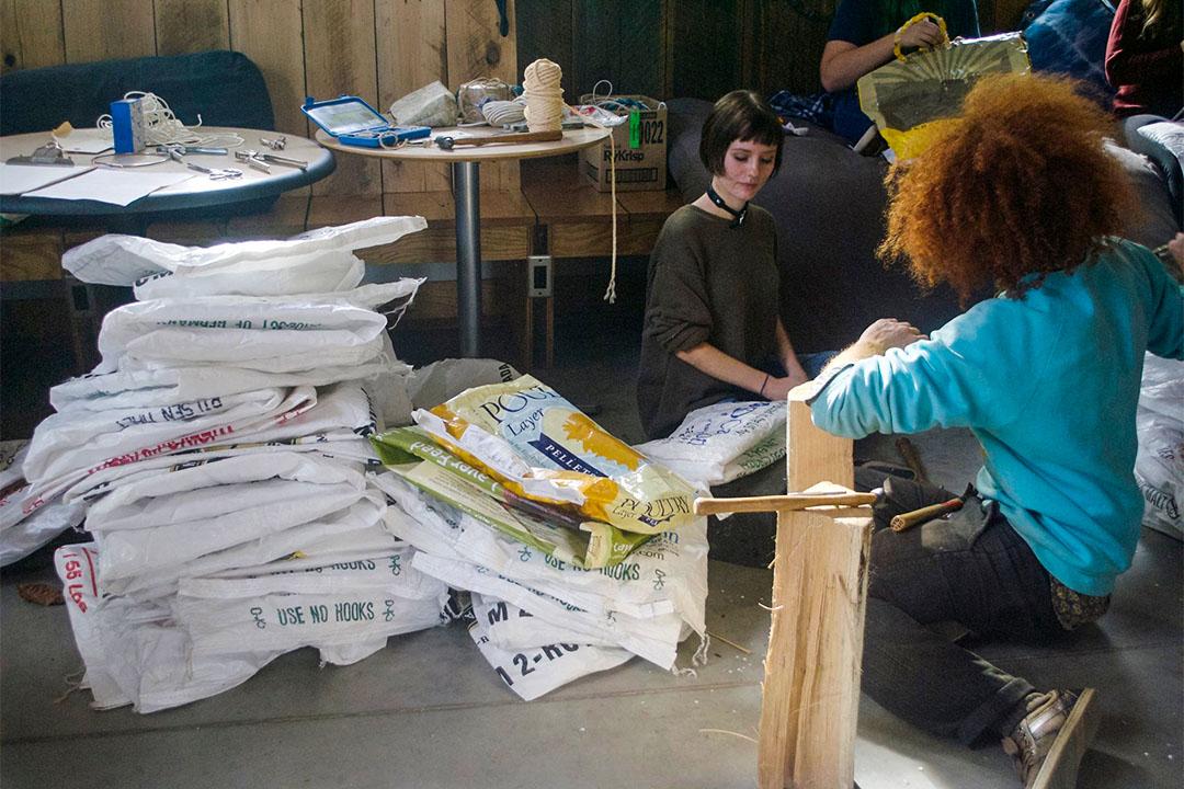 The BagShare Project鼓勵人們使用可循環再造的物料製成一個袋子。