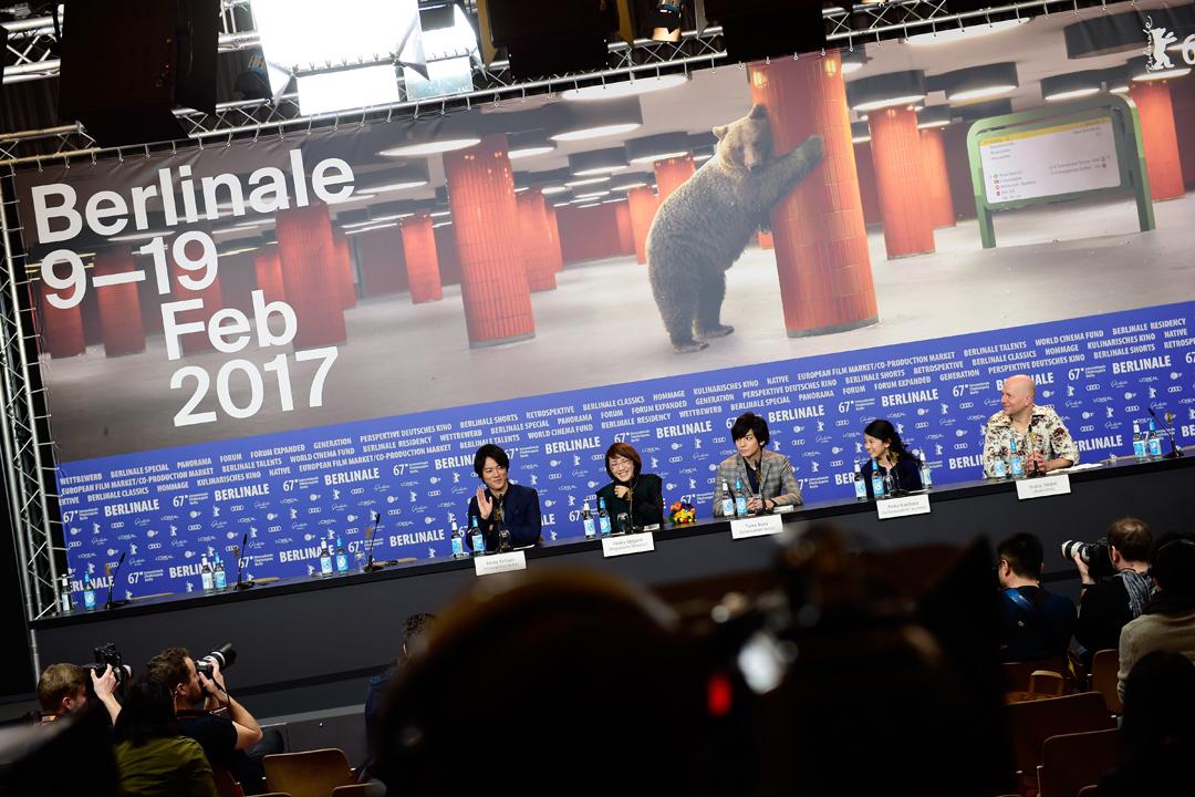 《當他們認真編織時》(Close-Knit,2017)導演荻上直子、演員桐谷健太、生田斗真、柿原琳佳在今年柏林影展記者會。