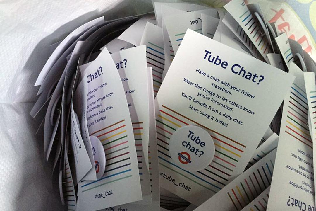 2016年秋天,在倫敦工作的美國人Jonathan自費製作一批「地鐵閒聊(Tube chat)」的徽章,鼓勵地鐵裏的陌生人互相交談。