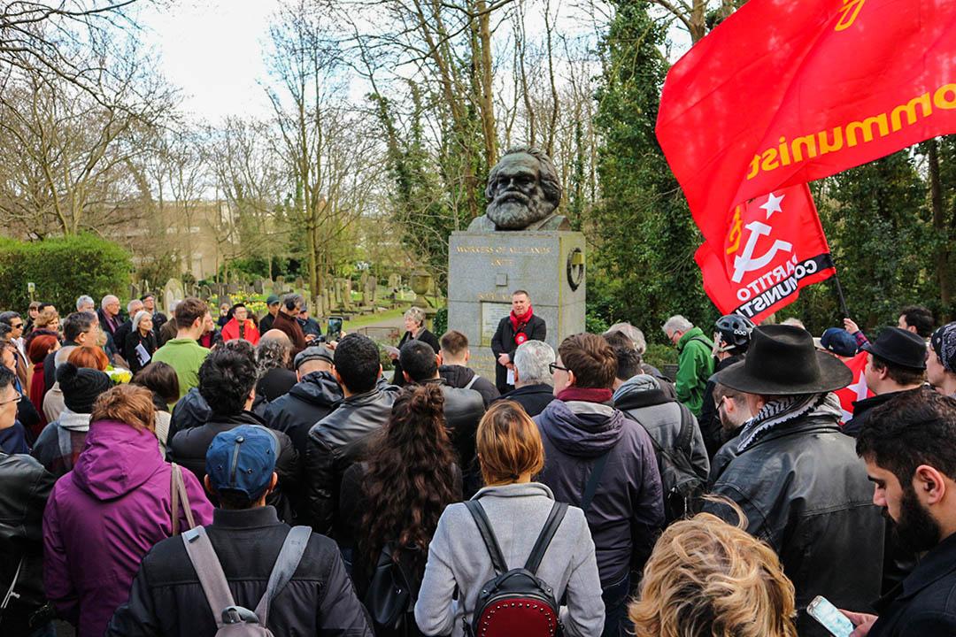 倫敦以北的海格特公墓入口聚集了一百多人,他們來出席卡爾·馬克思逝世週年的演說儀式。