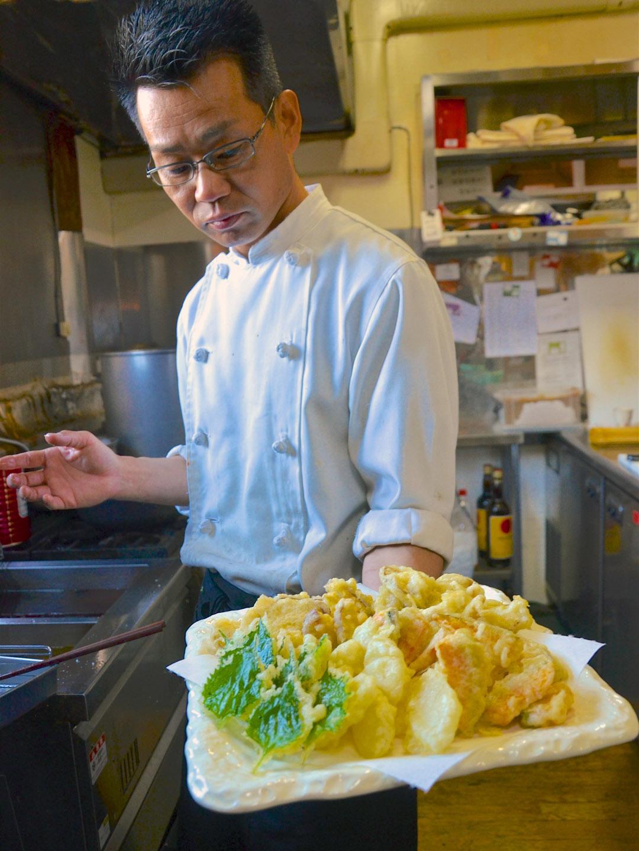 忙碌的廚房裏,一大盤在地鮮採的野菜天婦羅剛起鍋。