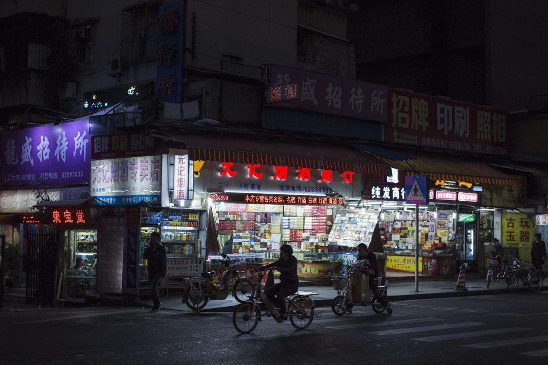 深圳羅湖樂園路,有不少賣煙酒、茶葉、古玩的店鋪,其實是地下錢莊,他們除了會幫街客兌換人民幣及港幣,還會幫熟客把人民幣由大陸匯款到香港。
