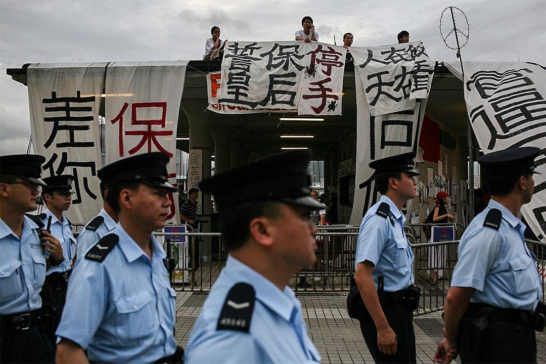 2007年7月1日,在皇后碼頭,警方試圖驅趕抗議拆卸皇后碼頭作道路和商廈用途的示威者。