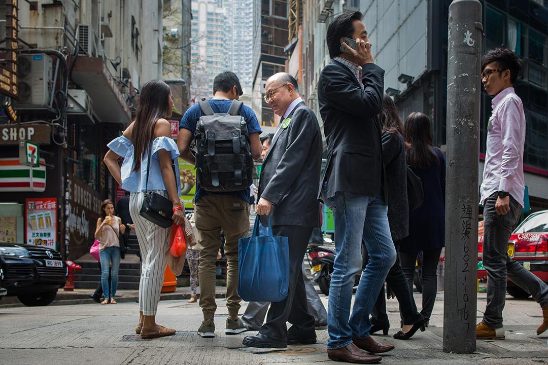 胡國興穿過人群返回中環的辦公室。