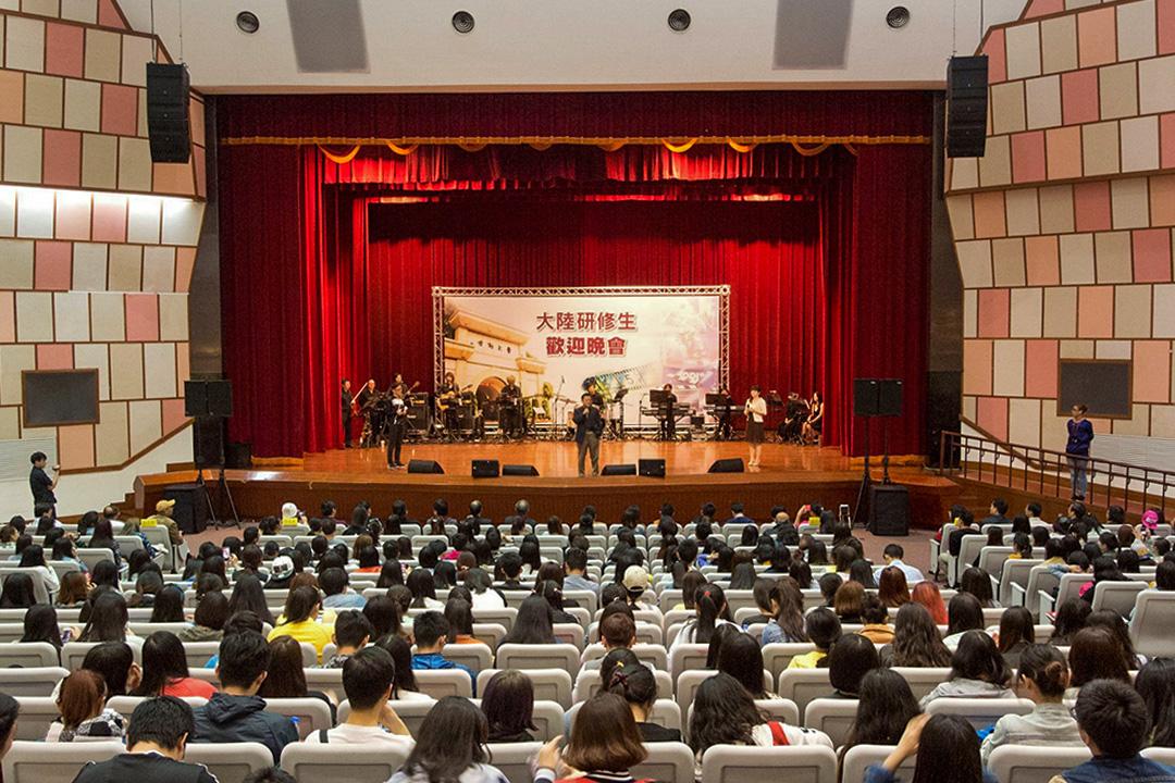台灣的大學過去一直有不少大陸研究生及交流生。圖為世新大學的大陸研究生歡迎晚會。