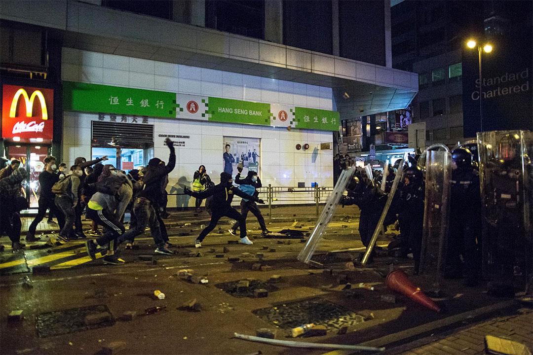 去年2月9日凌晨於香港旺角發生的騷亂場面。