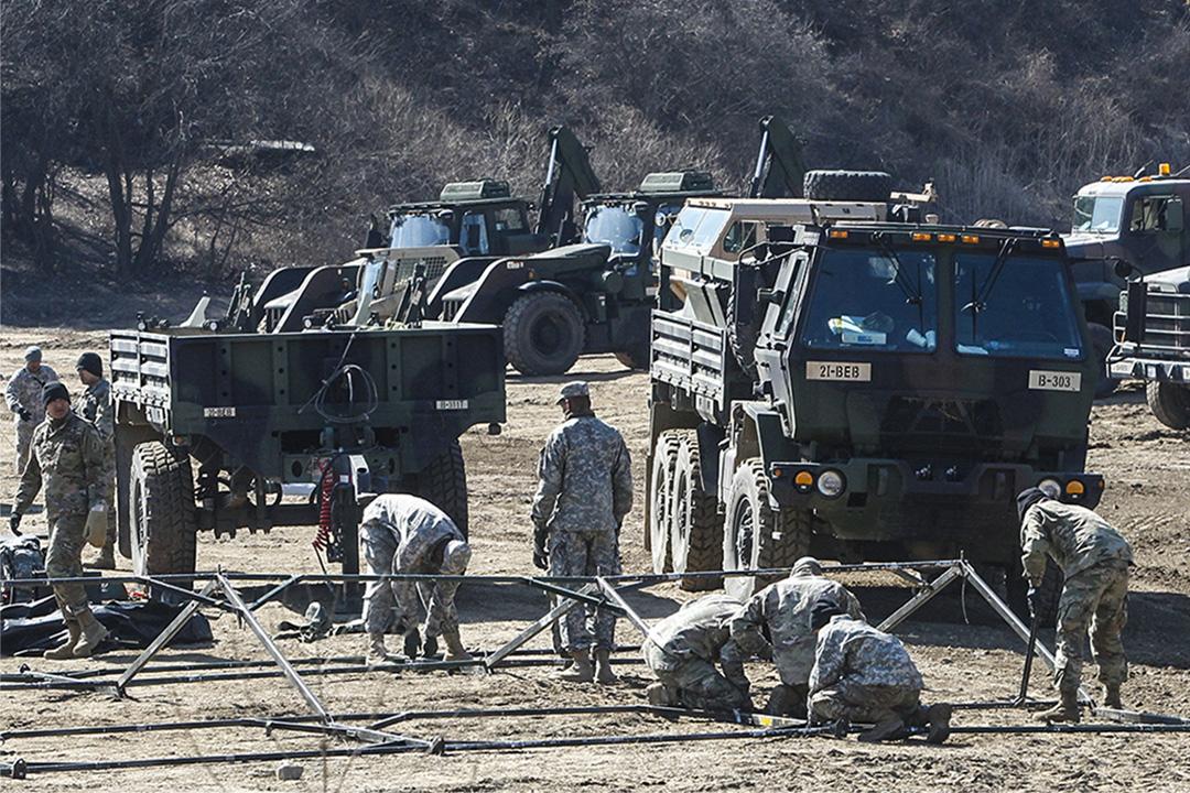 2017年3月6日,北韓向日本近海發射4支導彈後,美國陸軍士兵在北韓邊境附近的坡州進行軍事演習。