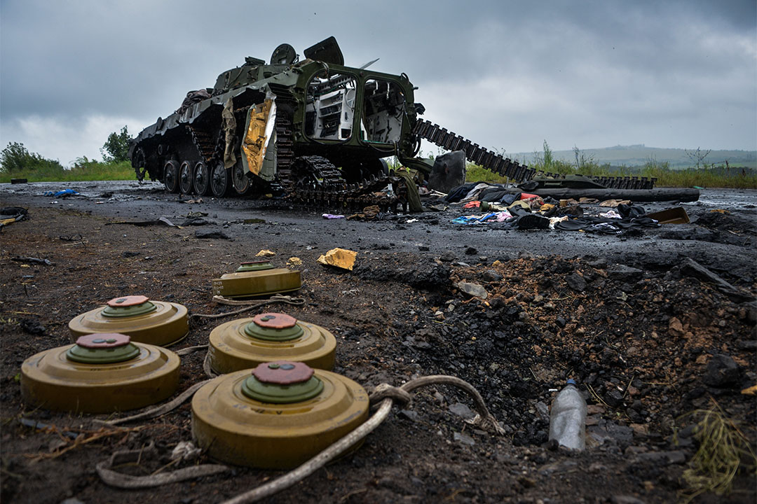 在烏克蘭斯拉維揚斯克(Slaviansk),一輛親俄坦克旁,有不少地雷遺下。