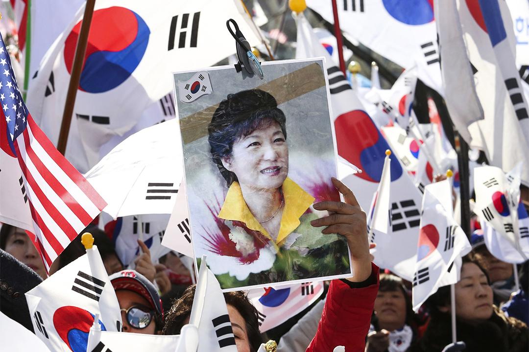 2017年3月10日,南韓憲法法院對總統朴槿惠的彈劾案宣判,有大批支持朴槿惠的人於法院外示威。
