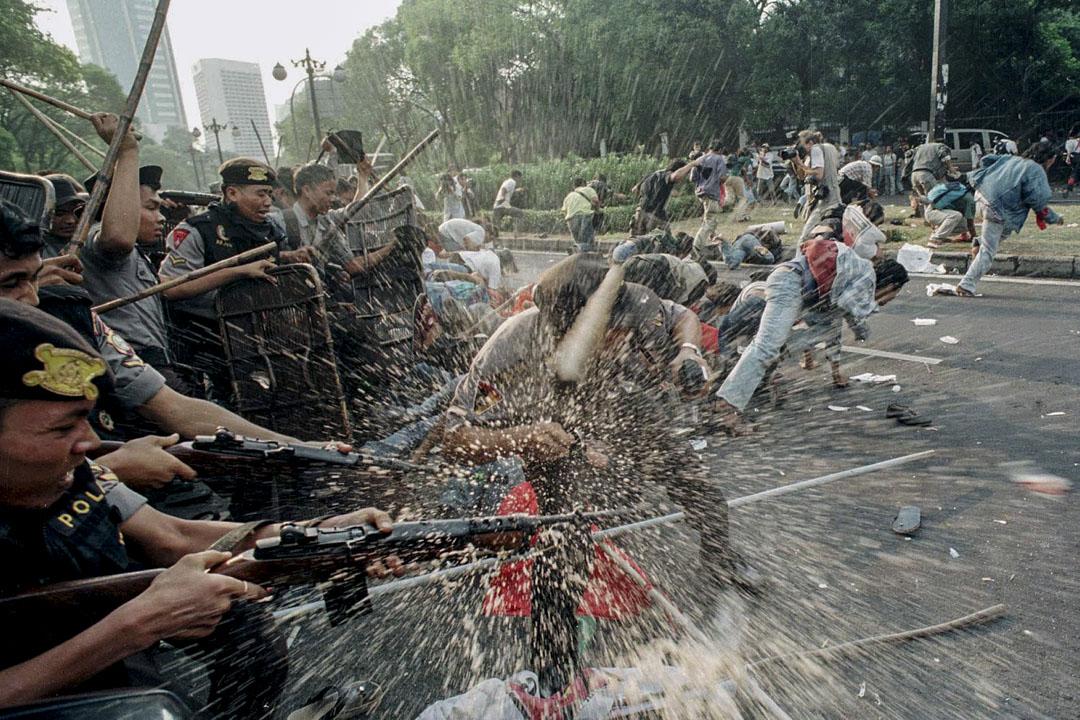1999年1月7日,雅加達,人民民主黨(People's Democratic Party)的成員前往國民選舉委員會(KPU),要求KPU取消從業黨(Golkar)的資格,從業黨曾1999年的選舉中舞弊。示威人士在Imam Bonjol街遭到印尼警方攔截。