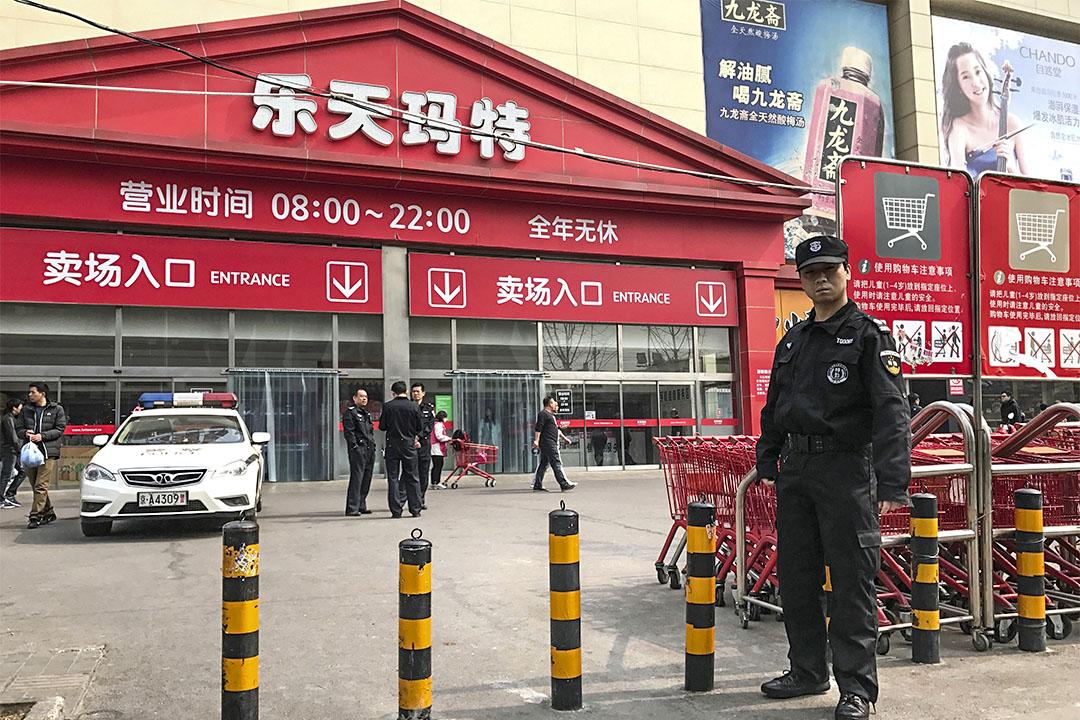 2017年3月17日,有警方駐守在北京的樂天超市門外。中國政府表示並沒有鼓吹任何針對樂天的抵製或暴力行為。