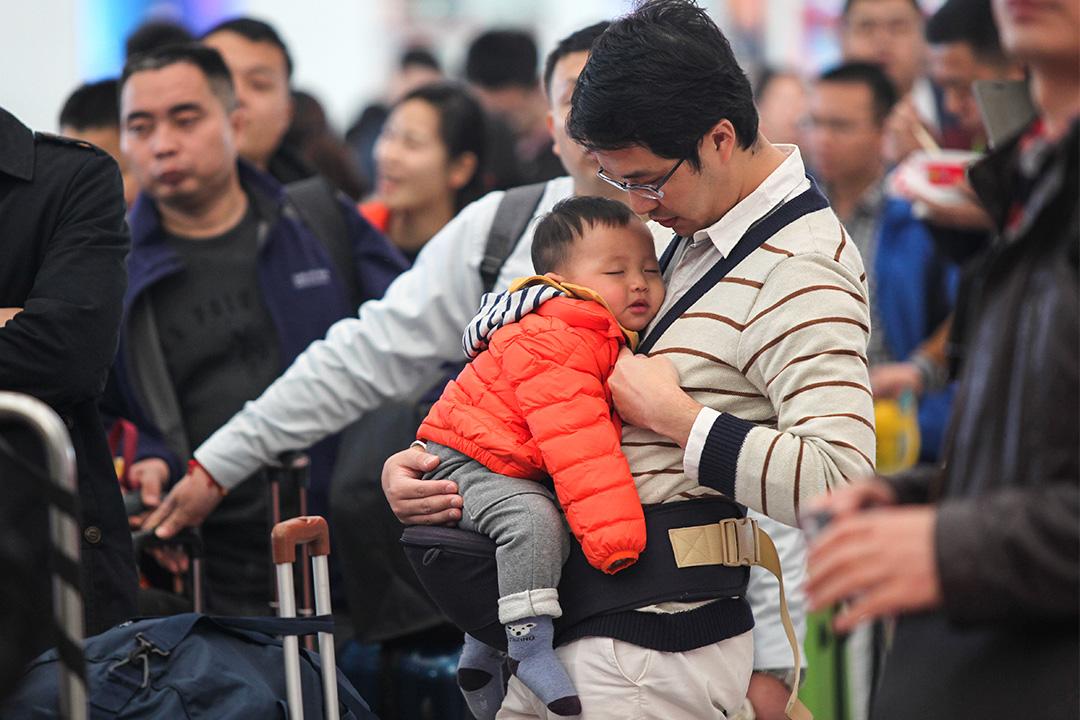 在中國,比較少男士會幫忙照顧小孩。
